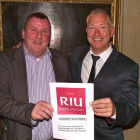 John Wilson of 2 J´s Travel (left), winner of a RIU 4 night stay for 2 at any RIU hotel worldwide, receives his prize from Paul Bunce of RIU Hotels & Resorts